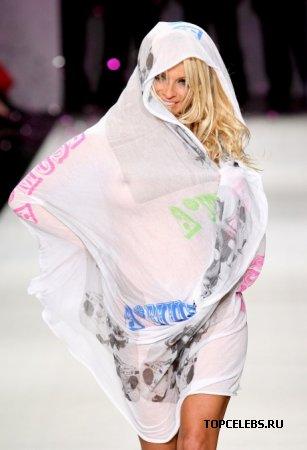 Pamela Anderson почти голая на подиуме