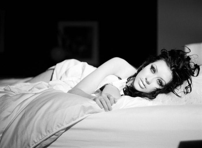Фотосессия на кровати фото