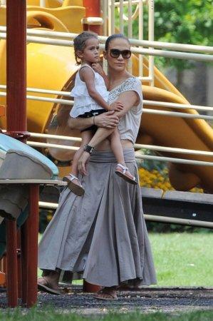 Jennifer Lopez на прогулке с детьми в Атланте (август 2011)