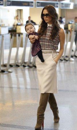 Victoria Beckham с дочкой в аэропорту (ноябрь 2011)