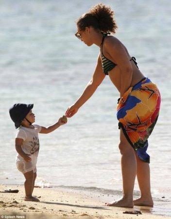 Алиша Киз отправилась в отпуск вместе с ребенком